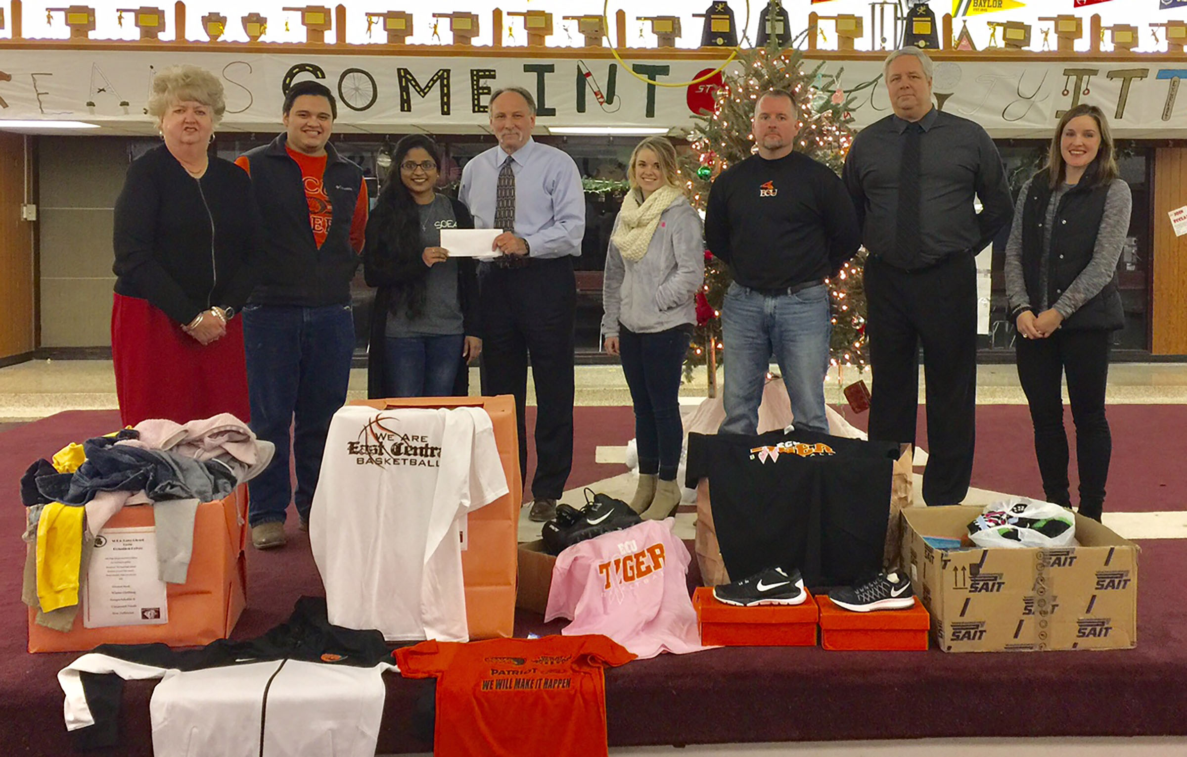 east central universitys chapter of the student oklahoma education association soea helped provide christmas gifts for students at ada high school